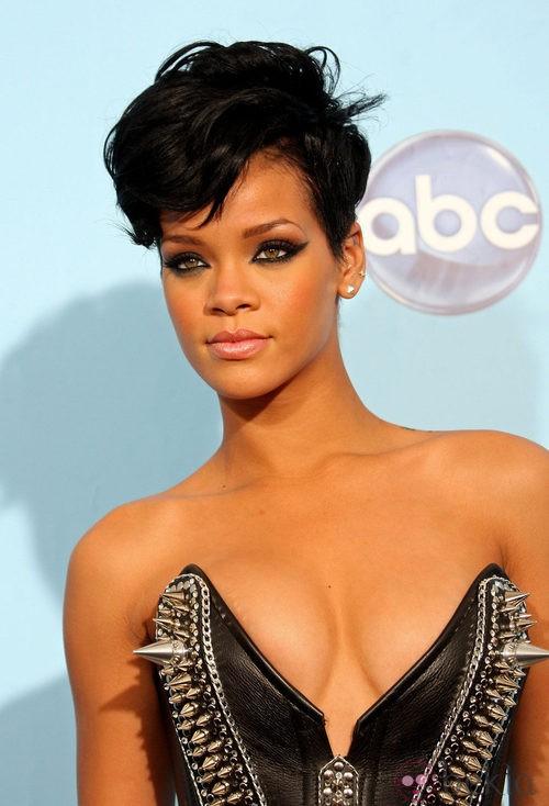 Peinado de Rihanna con pelo corto y cresta ondulada en tono negro azabache