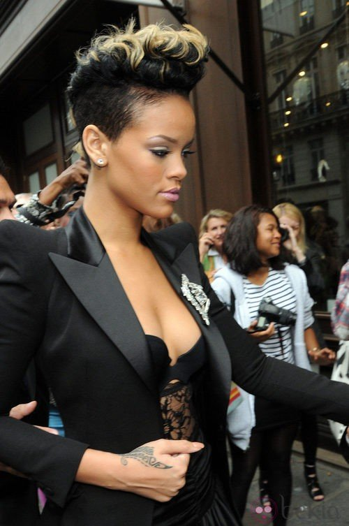 Peinado de Rihanna con pelo corto y cresta ondulada en tono negro azabache y puntas rubio platino