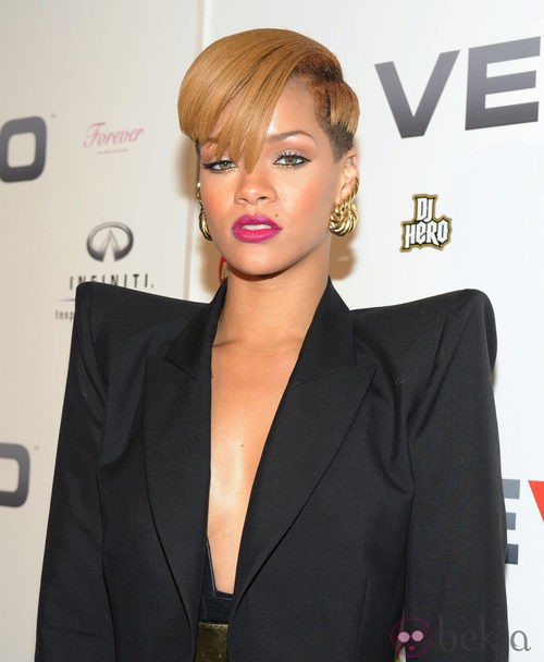 Peinado de Rihanna con pelo corto y flequillo con corte diagonal en rubio dorado