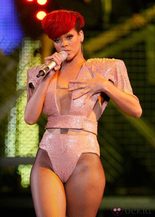 Peinado de Rihanna con pelo corto y flequillo con corte diagonal en color rojo