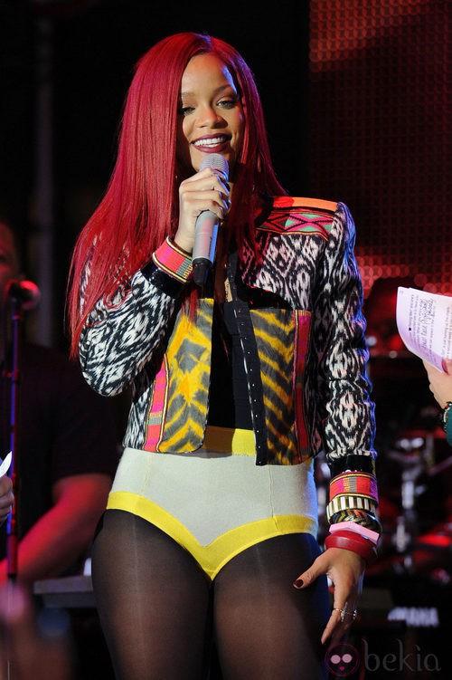 Peinado de Rihanna con melena larga y lisa en color rojo