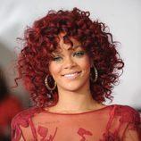 Peinado de Rihanna con melena larga y rizo afro en color rojo