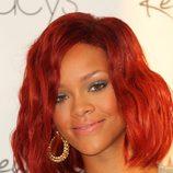 Peinado de Rihanna con media melena ondulada en color rojo