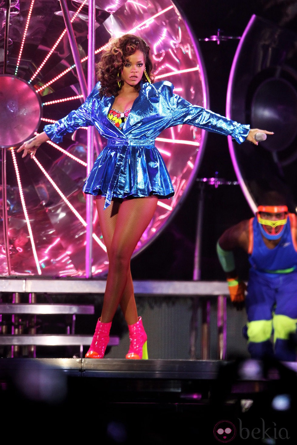 Peinado de Rihanna con melena larga y rizada en color castaño con puntas rubias