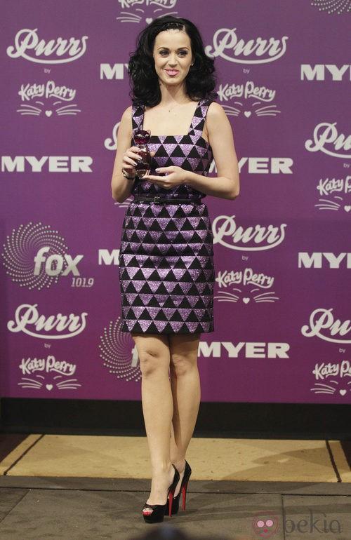 Katy Perry con melena rizada y cara despejada