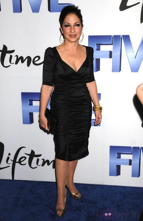 Gloria Estefan con el pelo recogido y ojos khol