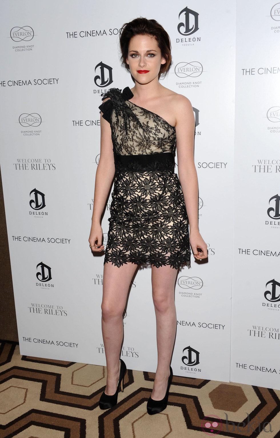 Kristen Stewart con un moño despeinado y labios rojos