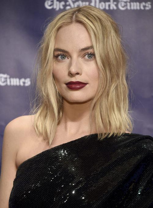 Margot Robbie con labios del color del vino tinto en los 'Gotham Awards 2017' celebrados en Nueva York.