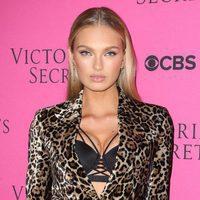 Romee Strijd con mirada felina en la fiesta de Victoria's Secret en Nueva York