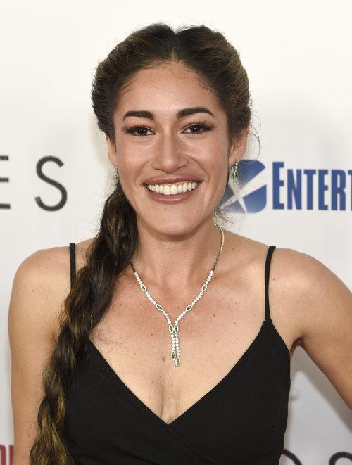 Q'orianka Kilcher con una trenza deshecha en la premiere de la película 'Hostiles' en Los Ángeles