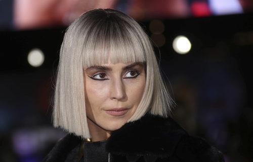 Noomi Rapace con un estilo Cleopatra en la premiere de la película 'Bright' en Londres
