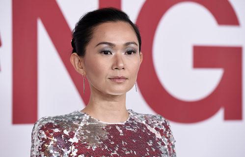 Hong Chau con un completo look plateado en el pase especial de 'Downsizing' en Los Ángeles