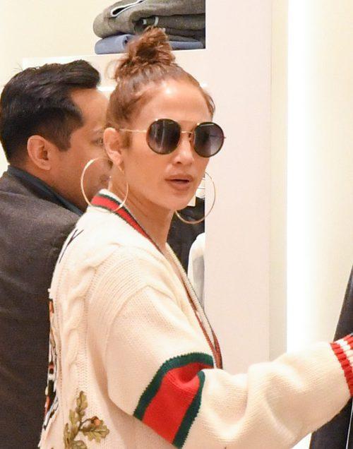 Jennifer Lopez con el labial desgastado en una tienda de Los Ángeles