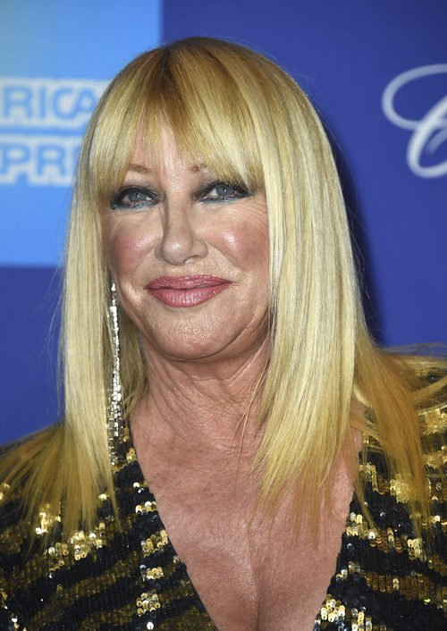 Suzanne Somers se pasa con el maquillaje para el Festival de Palm Springs