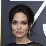 Angelina Jolie y sus mega pestañas en los globos de oro