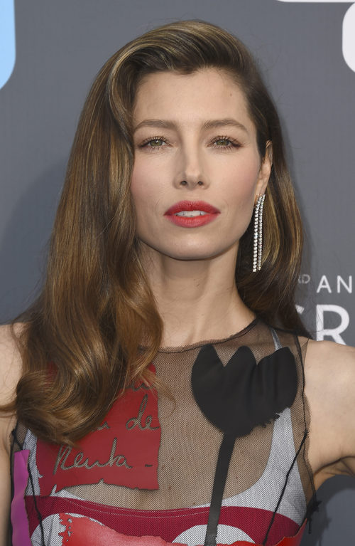 Jessica Biel con labios rojos en los Critics' Choice Awards 2018