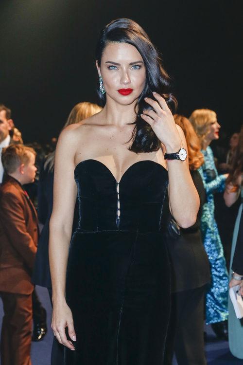 Adriana Lima con ondulaciones