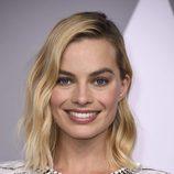 Margot Robbie con un maquillaje natural y brillante en el almuerzo de los Oscar