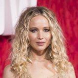 Jennifer Lawrence con unas ondulaciones perfectas en la premiere de 'Red Sparrow'