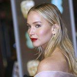 Jennifer Lawrence con un labial rojo mate en los Premios Bafta