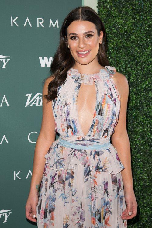 Lea Michele con el pelo ondulado en la alfombra verde de CFDA