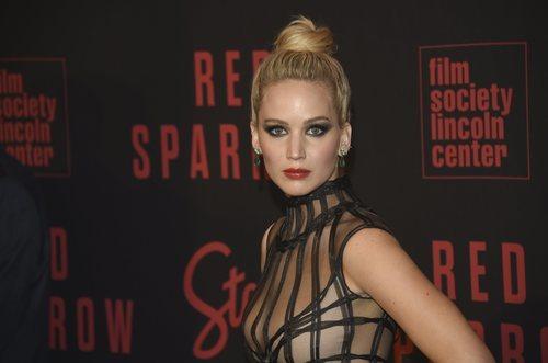 Jennifer Lawrence con un maquillaje desafortunado en la premier de