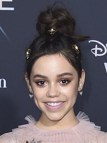 Jenna Ortega con un recogido y unos detalles dorados con perlas por su cabello en la premiere 'Una arruga en el tiempo' 2018