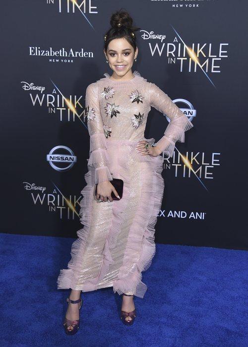 Jenna Ortega con un recogido y unos detalles dorados con perlas por su cabello en la premiere
