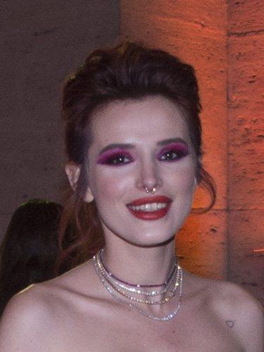 Bella Thorne con un maquillaje en tonos rosas y rojos en la premiere 'Sol de medianoche' en Roma 2018