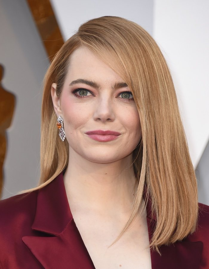 Emma Stone con el pelo liso y la raya al lado en los Oscar 2018
