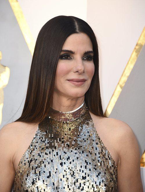 Sandra Bullock con el pelo liso y la raya en medio en los Oscar 2018