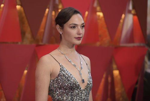 Gal Gadot con el pelo recogido y los labios rojos en los Oscar 2018