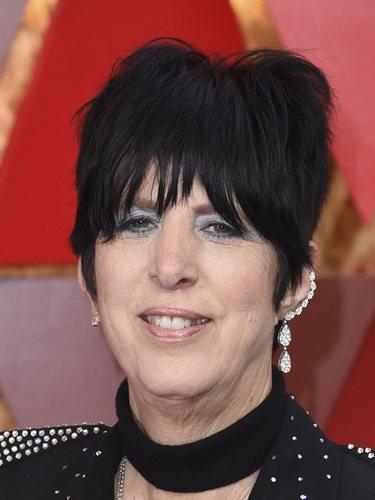 Diane Warren con el pelo corto y unas sombras azules en los Oscar 2018