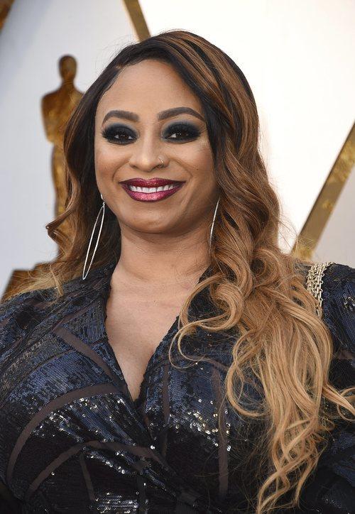 Taura Stinson con el pelo ondulado y sombras negras en los Oscar 2018