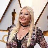 Monika Bacardi con el pelo rubio y los labios rojos en los Oscar 2018
