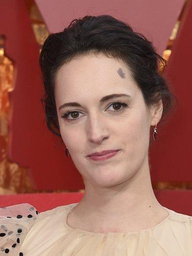Phoebe Waller con un maquillaje efecto cara lavada en los Oscar 2018