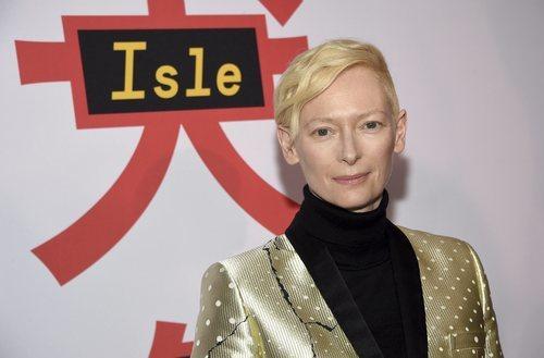 La actriz Tilda Swinton con el pelo corto rubio en la premiere de 'Isala para perros' en Nueva York 2018