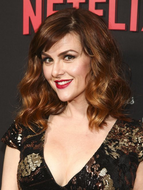 Sara Rue con el pelo ondulado y los labios rojos en la premiere de 'Serie de catastróficas desdichas' de Netflix
