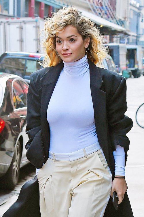 Rita Ora paseando por las calles de Nueva York con el pelo rizado y unos pendientes de aro
