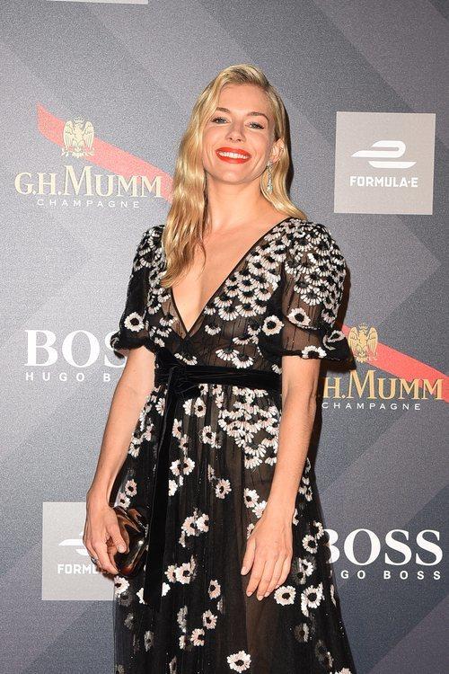 Sienna Miller con el pelo ondulado en la fiesta de Hugo Boss en Roma 2018