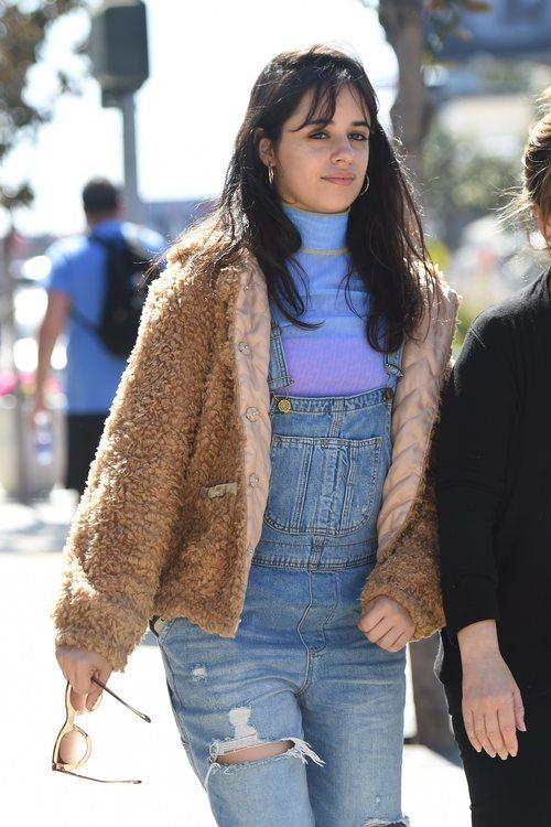 Camila Cabello con el pelo al natural paseando por las calles de Los Ángeles 2018
