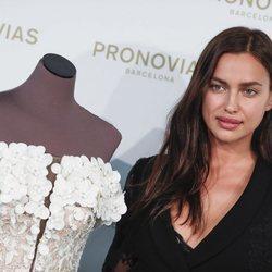 Irina Shayk con un discreto maquillaje en el desfile de Pronovias