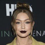 Gigi Hadid se atreve con los labiales oscuros en la premiere de 'Being Serena'