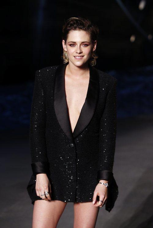 Kristen Stewart con el pelo engominado en la presentación de la nueva colección de Chanel 2018