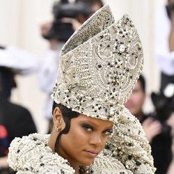 Rihanna con un tocado religioso en la Gala MET 2018