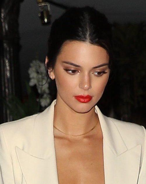 Los labios rojos dominan el maquillaje de Kendal Jenner