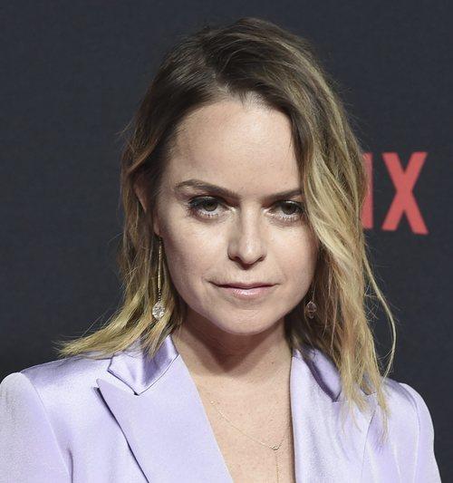 Taryn Manning opta por un maquillaje nada favorecedor para asistir al evento de Netflix