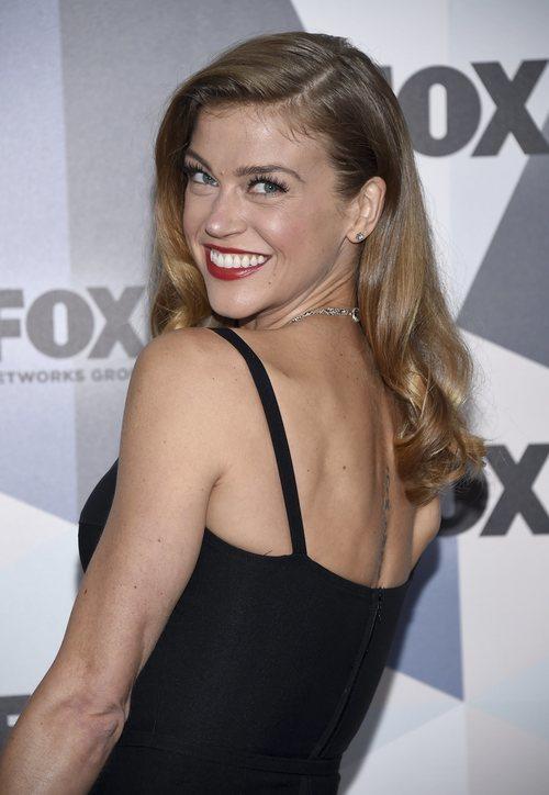 Adrianne Palicki  con un labial en color rojo en la presentación de la nueva programación de Fox 2018