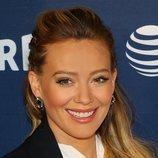 Hilary Duff acude a la premiere de 'Younger' con un juvenil semirecogido