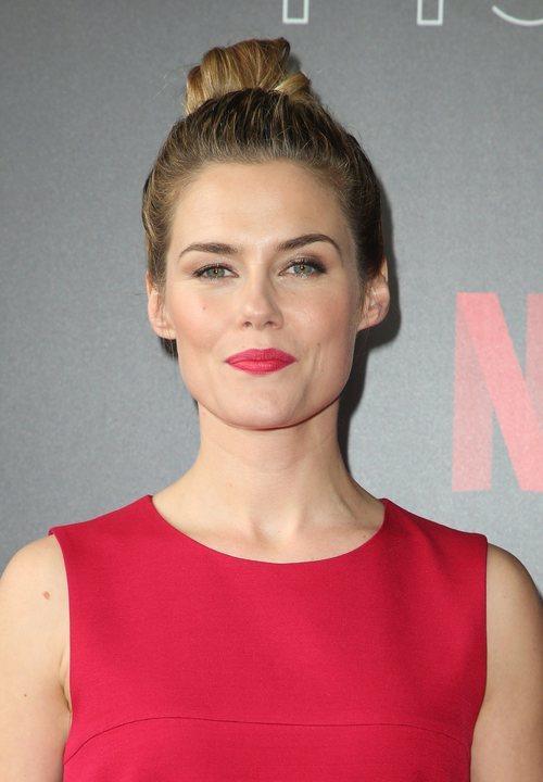 Rachael Taylor opta por el moño para la presentación de la nueva temporada de 'Jessica Jones'